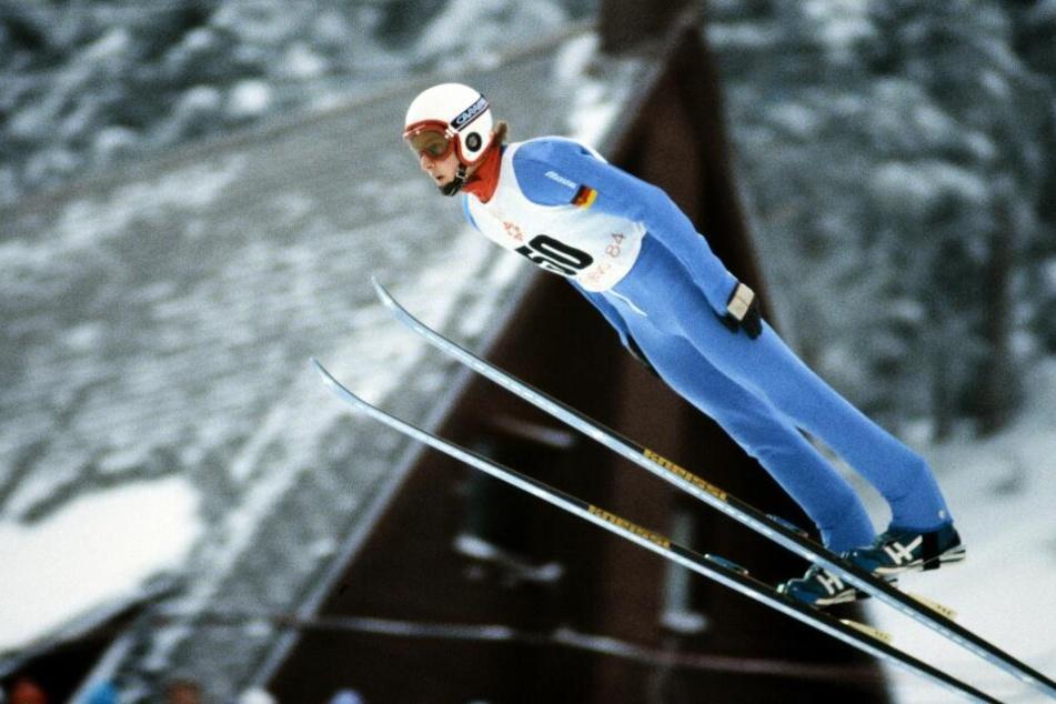 So schön flog Jens Weißflog 1984 zu Olympiagold auf der Normalschanze in Sarajevo - damals noch im Parallel-Stil. Auf der Großschanze holte er Silber hinter dem in der Vorwoche gestorbenen Matti Nykänen.