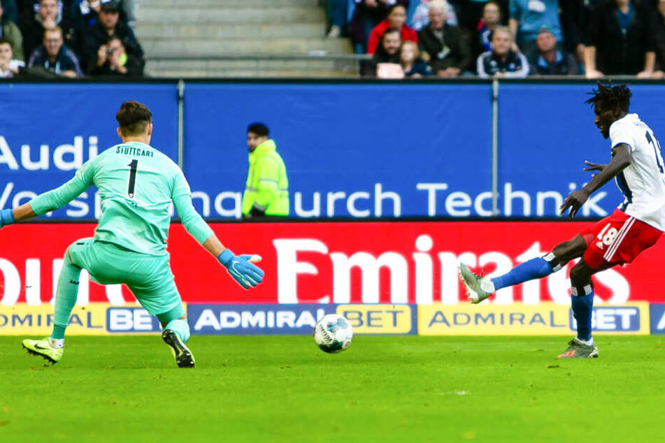 HSV-Profi Bakery Jatta blieb vor VfB-Schlussmann Gregor Kobel ganz cool und traf zum zwischenzeitlichen 2:0.