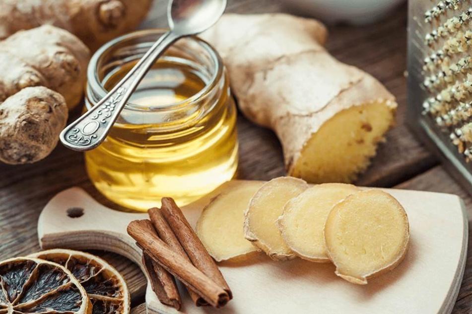 Ingwer, Honig, Zimt, Zitrone sind beliebte Hausmittelchen gegen Erkältungen, aber längst nicht die einzigen.