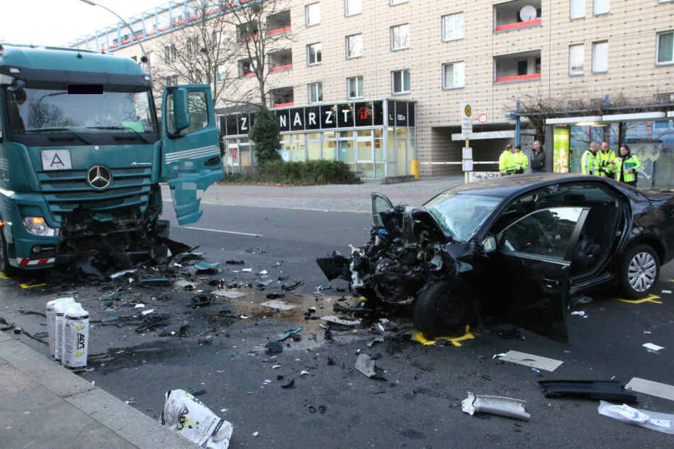 Eine Frau starb beim Zusammenprall mit einem Lkw in Tegel.