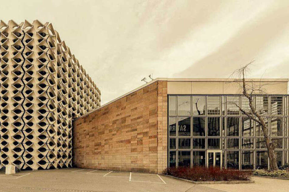 Strenge Geometrie vor verspielter Fassade: So sah Maurizio Camagna die Chemnitzer Stadthalle.