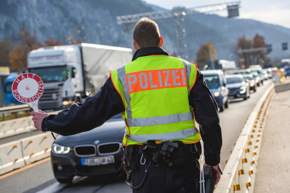 Eine Grenzkontrolle der Polizei (Symbolbild).