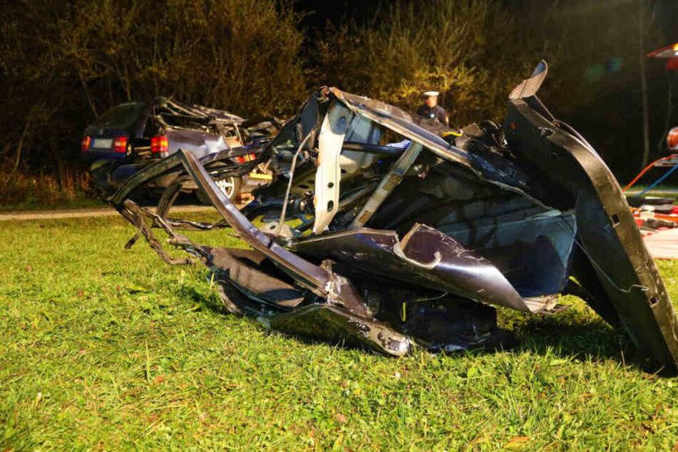 Die Schaufel traf das Auto an der Beifahrerseite.