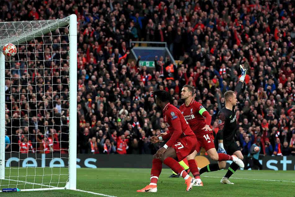 Divock Origi trifft zum Führungstor für Liverpool.