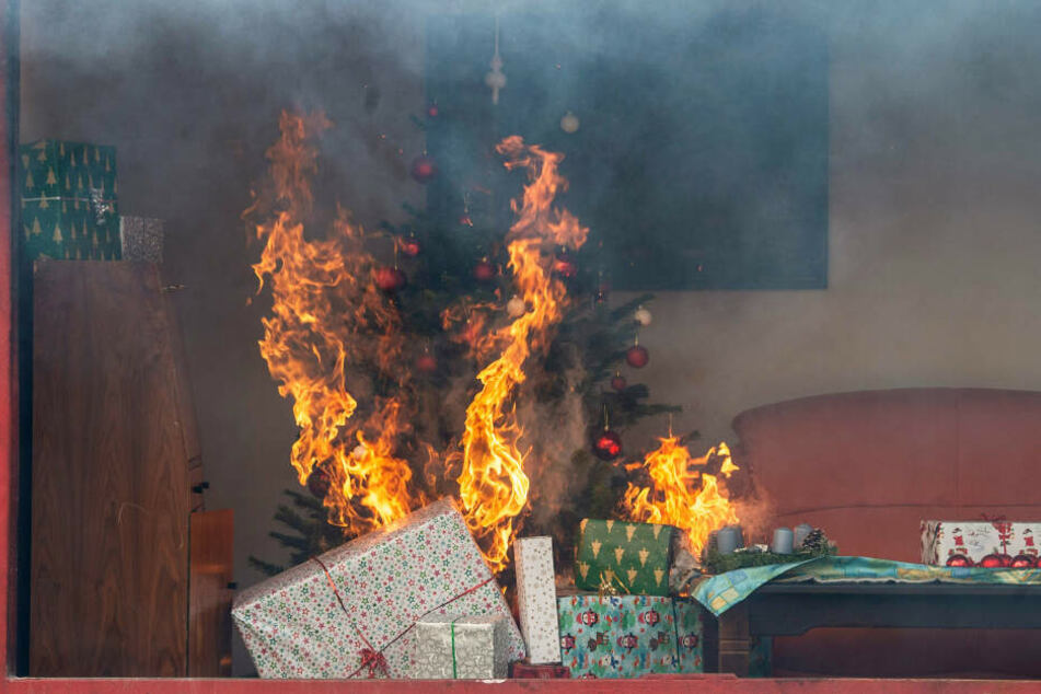 Ein Weihnachtsbaum kann innerhalb weniger Sekunden in Vollbrand stehen.