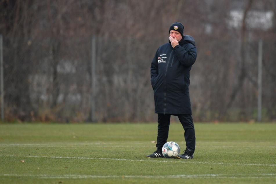 Skeptischer Blick, Hand vorm Mund: Markus Kauczinski fehlt nicht nur die sportliche Leistung, sondern jetzt auch noch das Personal.