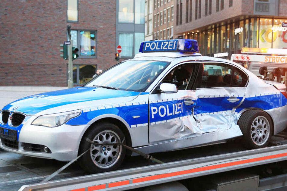 Drei Polizeiautos wurden bei der Verfolgungsjagd beschädigt. (Symbolbild)