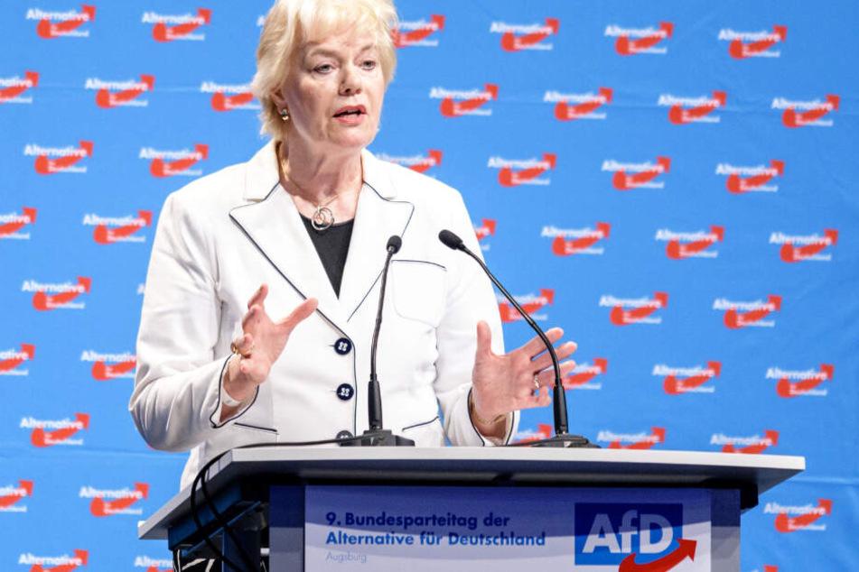 Das Foto zeigt Erika Steinbach bei einer Rede auf dem dem Bundesparteitag der AfD im Juni 2018 in Augsburg.