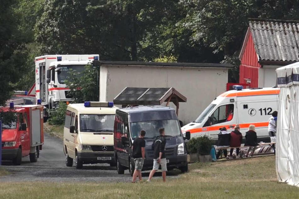 Rettungskräfte stehen vor dem Ferienzentrum Rauenstein. Bereits vor zwei Wochen klagten 40 Kinder und Betreuer über gleiche Symptome.