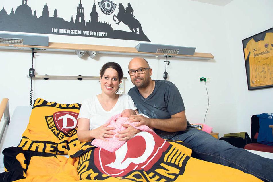Mama Annett (39) und Papa Enrico Pflaume (44) mit Töchterchen Victoria (vier  Tage) fühlen sich wohl im Dynamo-Familienzimmer des Städtischen Klinikums  Dresden-Neustadt.
