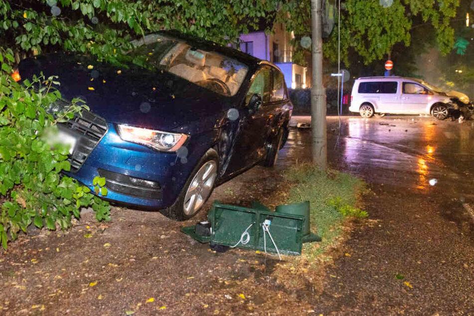 Während der silberne Caddy der Familie auf der Kreuzung stehen blieb, krachte der blaue Wagen in ein Gebüsch.