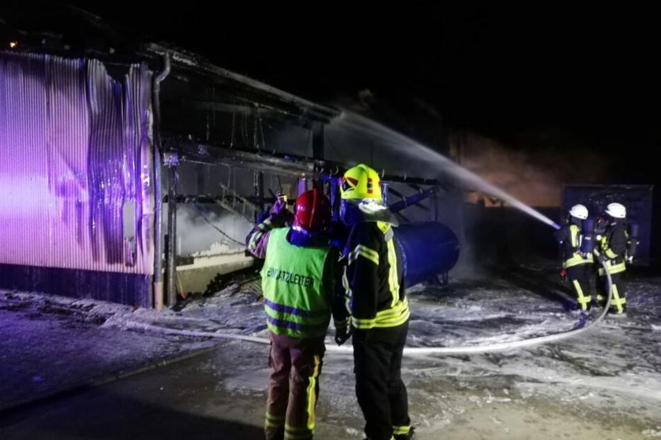 Diese etwa 300 Quadratmeter große Halle auf dem Gelände einer Spedition in Prösitz bei Grimma brannte in der Nacht zu Sonntag.