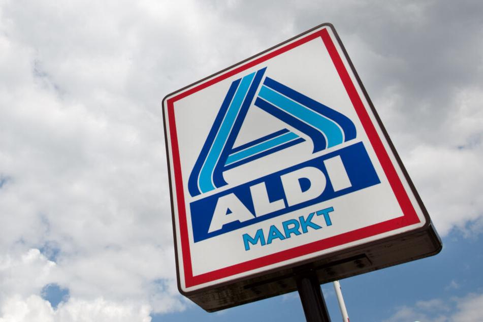 Ein Schild an einer Aldi-Filiale.