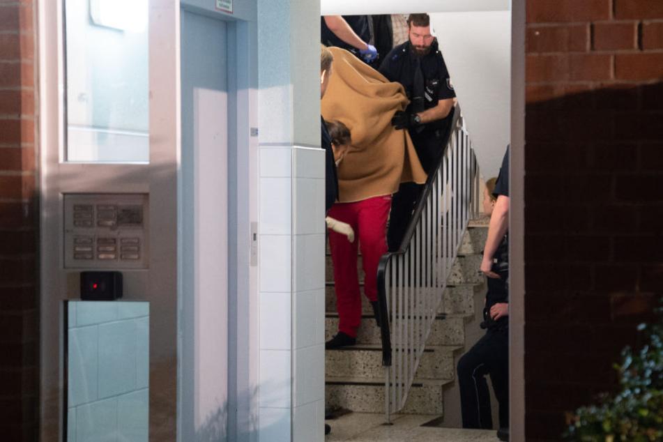 Die Polizei nahm den 37-jährigen Mann im Treppenhaus fest.