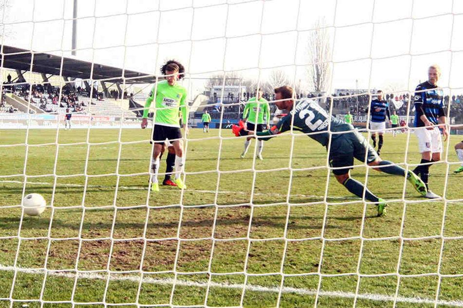 Björn Jopek (ganz r.) überwindet Torhüter Sören Pirson - das Tor zum 2:0 für den Chemnitzeer FC gegen FSV Frankfurt.