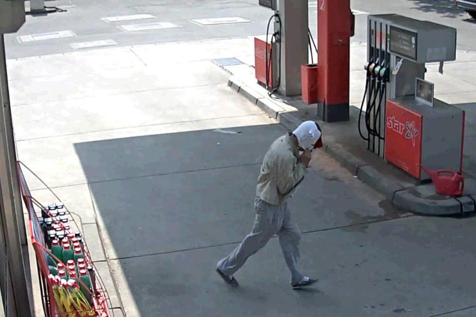 Der Tatverdächtige verlässt mit Maske die Tankstelle.