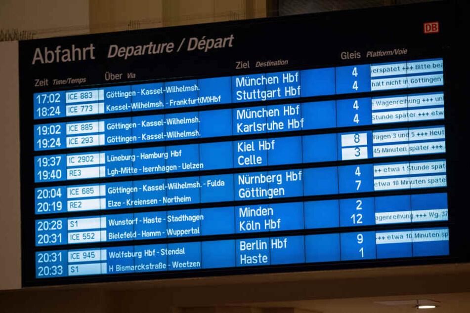 Auf dem Display im Bahnhof werden nach einem Sturm verspätete Züge angezeigt.