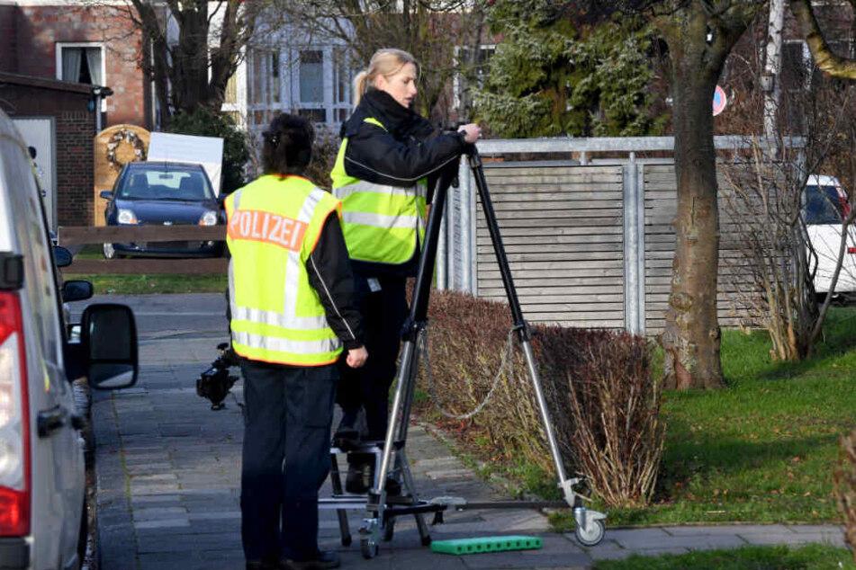 Mit speziellen Geräten untersuchte die Polizei die Umgebung des Hauses ab.