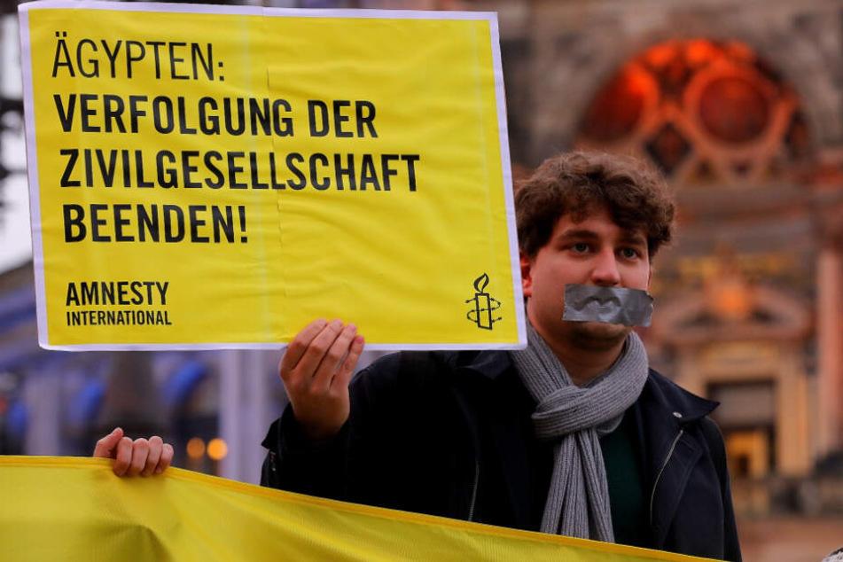 """Wassily Nemitz (26) von """"Amnesty International"""" protestierte am gestrigen Freitag vor der Semperoper gegen die Diktatur in Ägypten."""