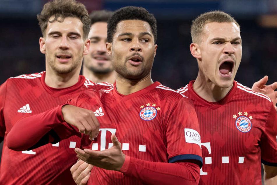 Serge Gnabry (M.) und der FC Bayern München sind auf der Jagd nach dem Triple.