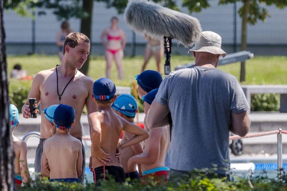 Bei 31 Grad! Tatort verjagt Badegäste aus Freibad