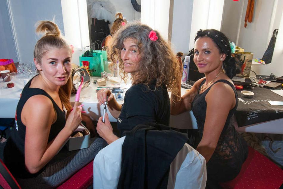 In der Gaderobe: LES SOEURS PILLÈRES ( Artisten & Comedians ) von v.l. : Darya Samoylenta (33) , Suzanne Da Gruz (50) und Julia Pospielova (32