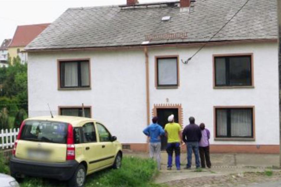 Von außen macht das sanierungsbedürftige Haus in Leisnig einen ganz guten Eindruck. Schon beim Betreten treibt es der Familie jedoch die Schweißperlen auf die Stirn.