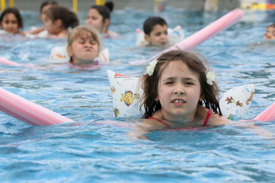 Kinder beim Schwimmunterricht. Mit dem Projekt der Wasserwacht Bayern soll die Schwimmfähigkeit von Schülern erhöht werden.