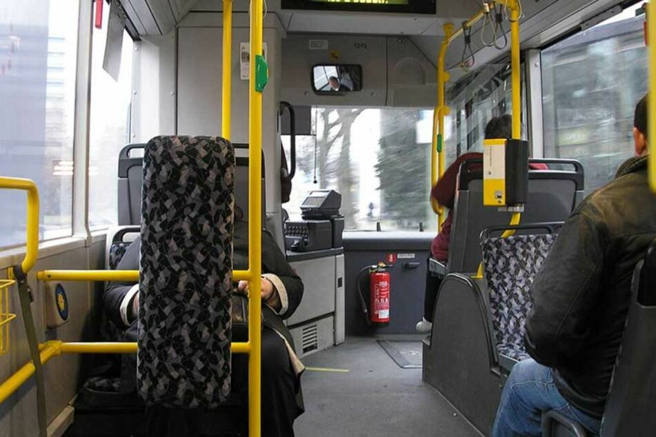 Ein Fahrgast griff den Busfahrer an und schlug ihm ins Gesicht.