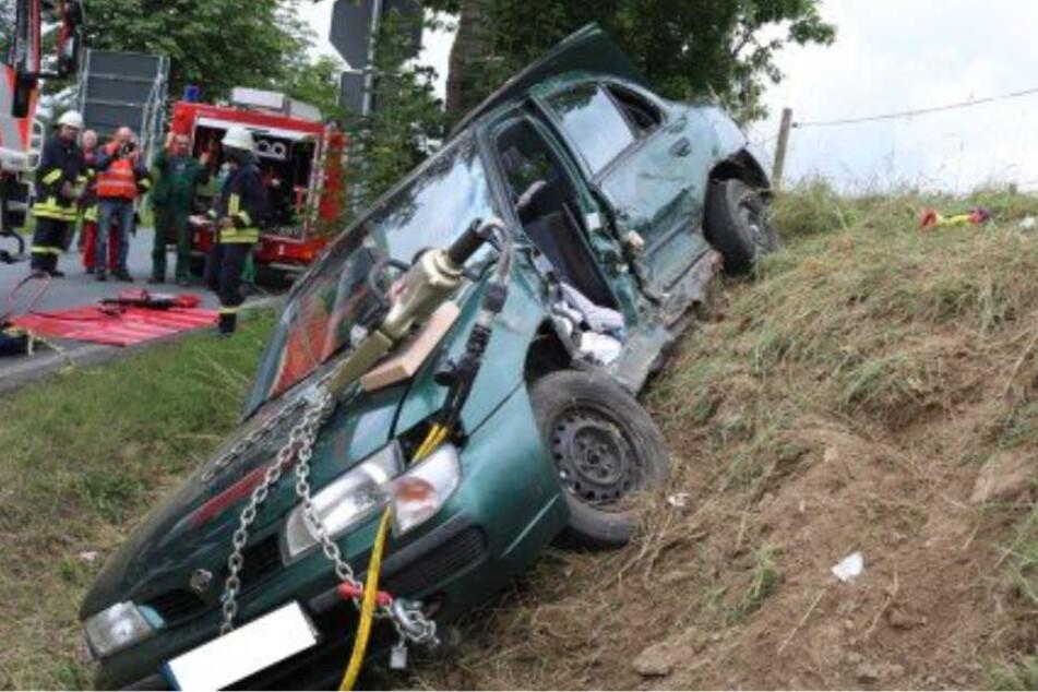 Bei dem Unfall wurde auch eine Person im Auto eingeklemmt.