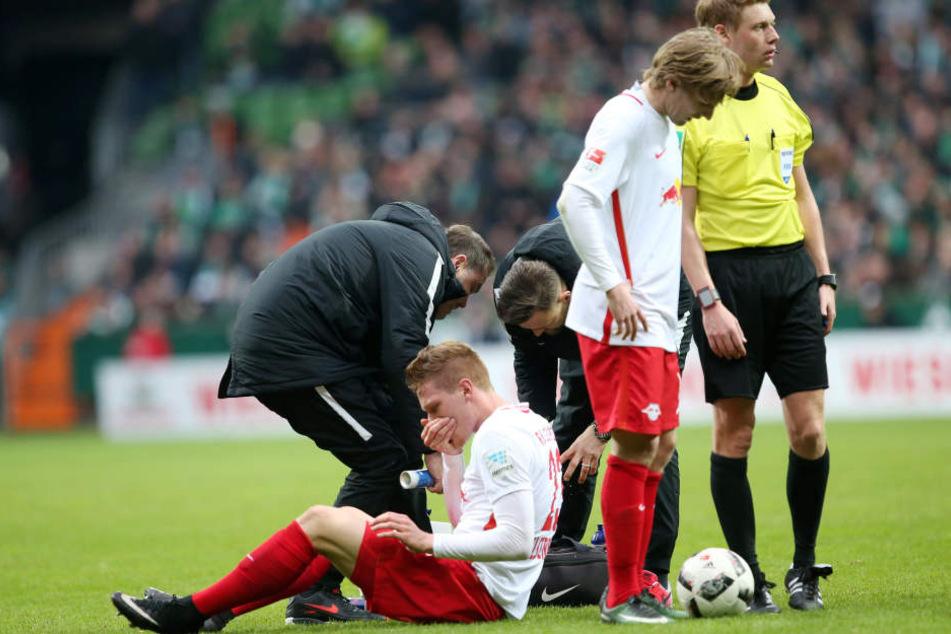 Marcel Halstenberg (26, sitzend) und Emil Forsberg (2.v.r.) fallen bei RB Leipzig definitiv zwei Spieler im wichtigen Spiel gegen Schalke 04 aus.
