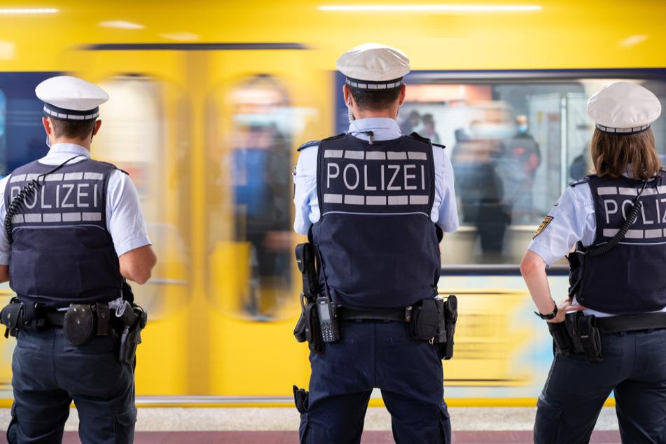 Die Polizei kontrolliert die Corona-Maßnahmen an einer U-Bahn-Station in Stuttgart.