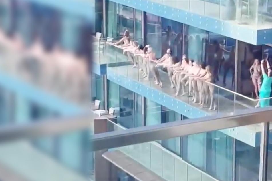 Nackte Frauen posieren auf Balkon, nun drohen ihnen heftige Strafen