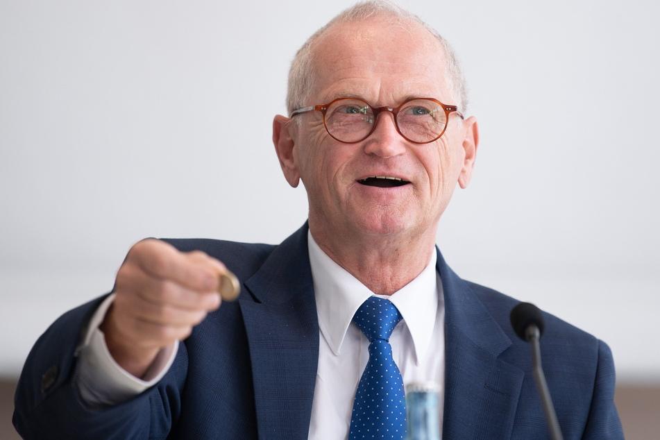 Legt den Finger dahin, wo's der Staatsregierung wehtut: Karl-Heinz Binus (66), Noch-Präsident des Sächsischen Rechnungshofs.