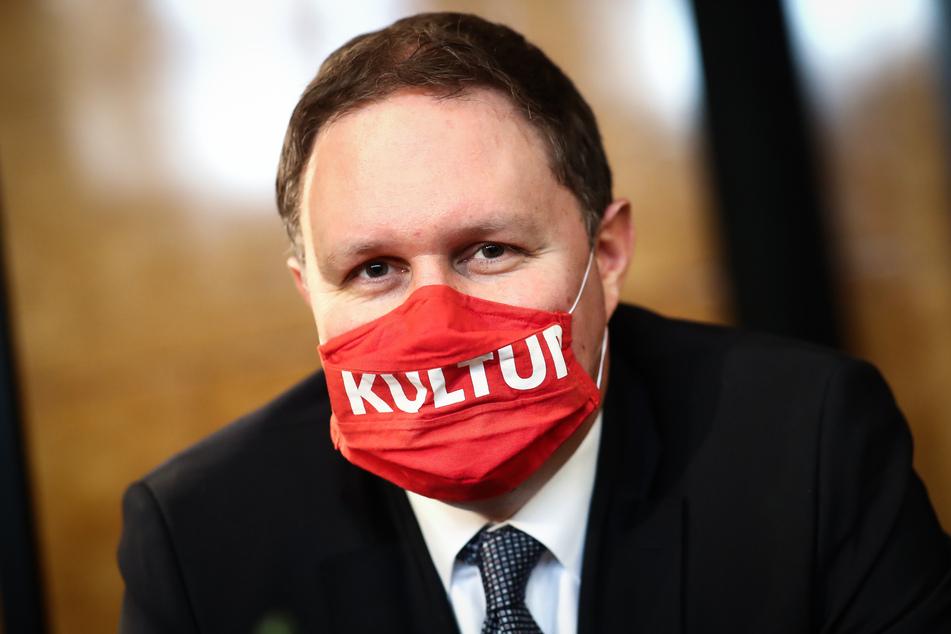 """Carsten Brosda (SPD), Senator für Kultur und Medien in Hamburg, trägt einen Mundschutz mit der Aufschrift """"Kultur""""."""