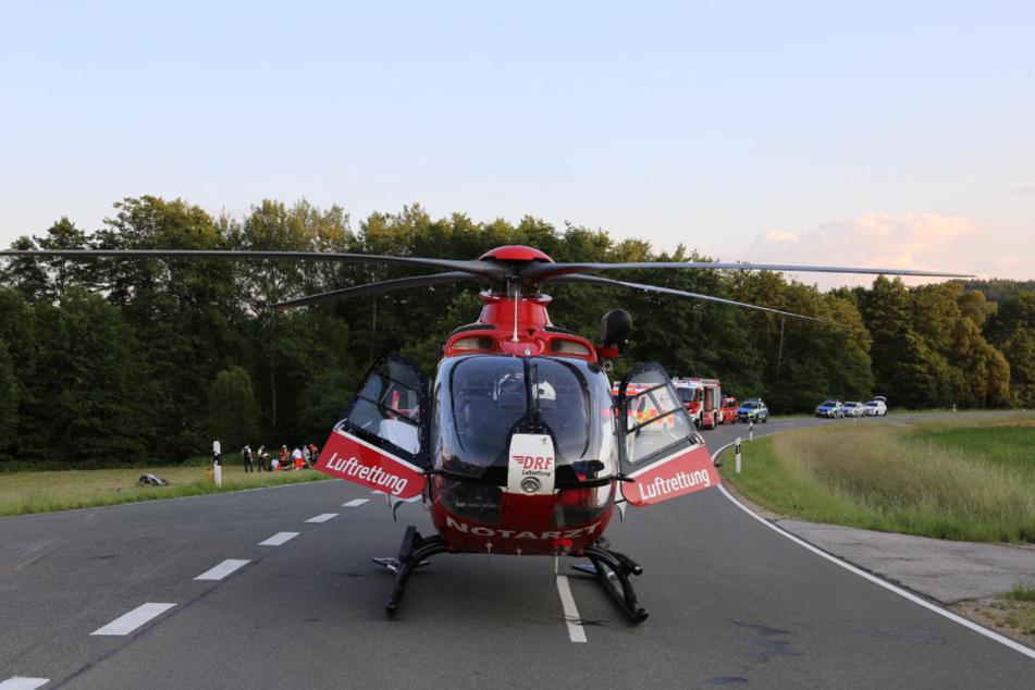 Ein Rettungshubschrauber brachte den verletzten Motorradfahrer in eine Klinik.