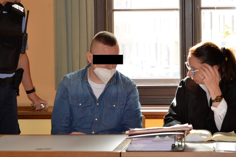 Patryk O. (32) auf der Anklagebank in Görlitz im Gespräch mit seiner Anwältin.
