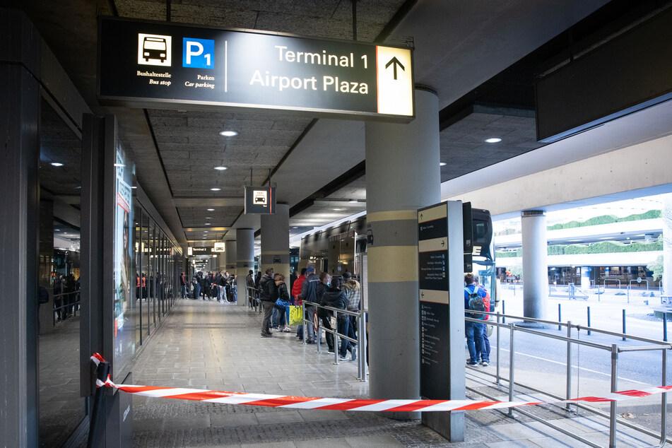 Erntehelfer aus Rumänien steigen nach ihrer Ankunft am Flughafen Hamburg in bereitstehende Reisebusse.