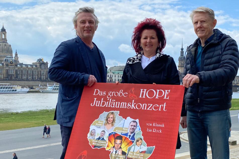 """""""In Dresden hält man zusammen!"""" Die Organisatoren rund um die HOPE-Gala haben am Dienstag das Programm vorgestellt: Filmnächte-Macher Matthias Pfitzner (54, li.), Viola Klein (63) und Filmnächte-Macher Johannes Vittinghoff (67)."""