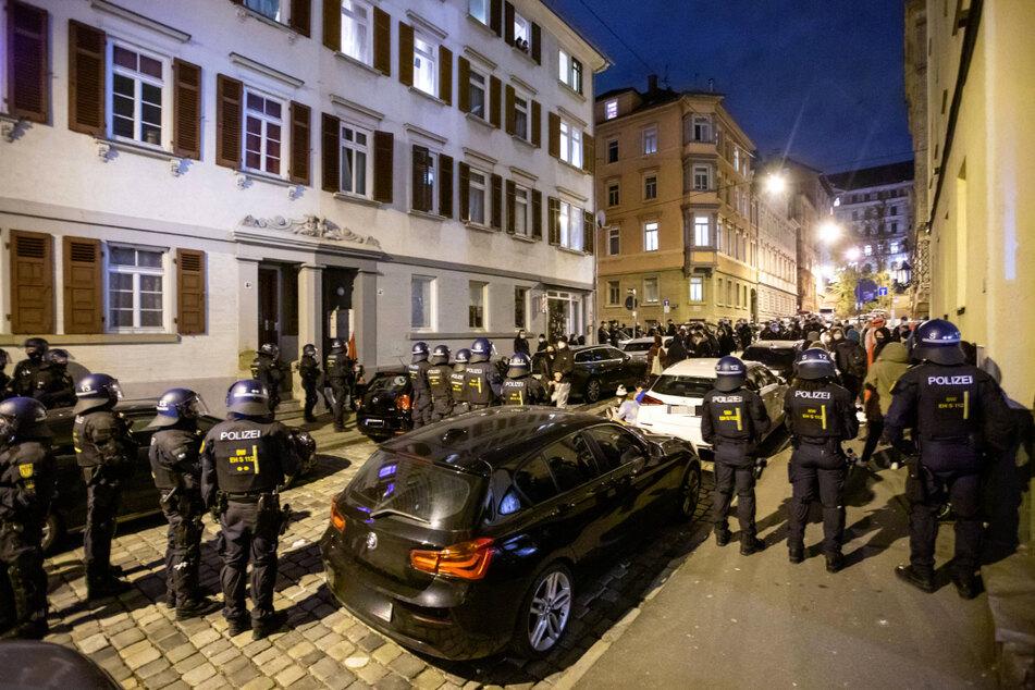 Stuttgart: Polizei löst Linkendemo gegen Ausgangssperre in Stuttgart auf
