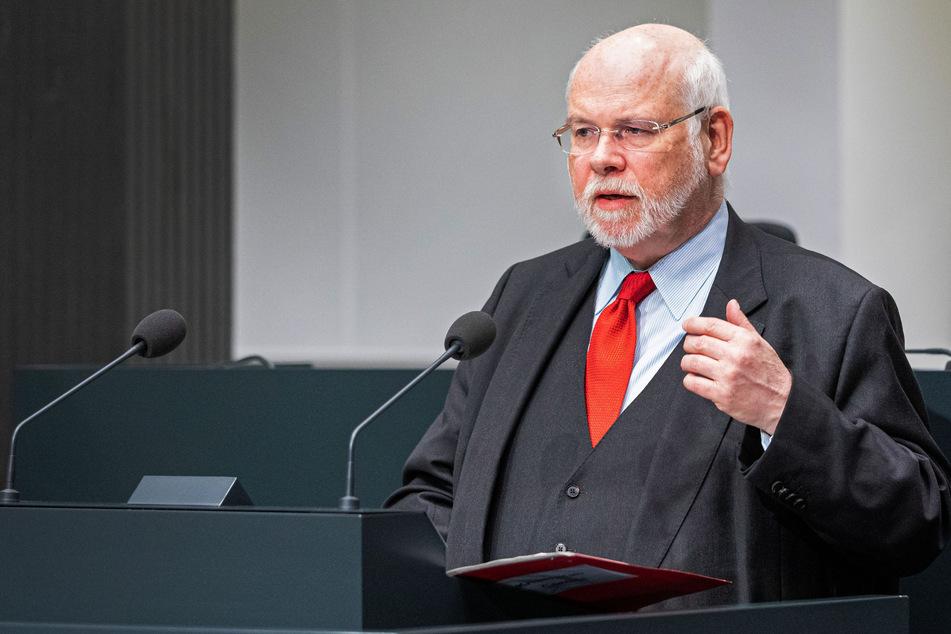 Heiger Scholz, Leiter des Corona-Krisenstabes des Landes Niedersachsen, spricht auf einer Pressekonferenz zur Entwicklung der Corona-Krise in Niedersachsen.