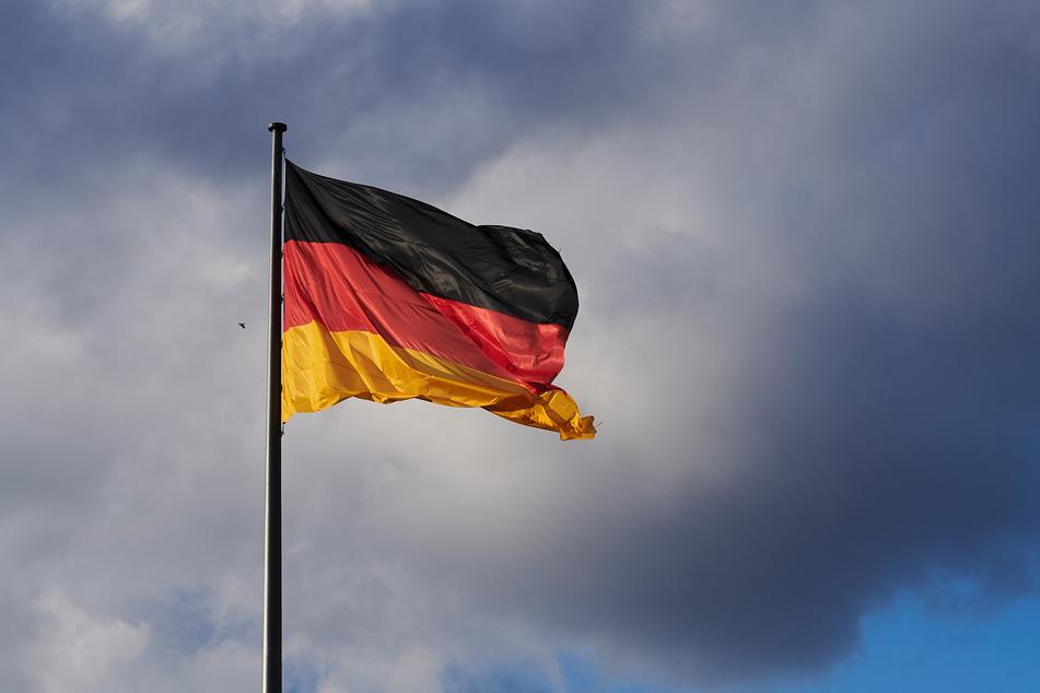Die Deutschland-Flagge vor dem Reichstag in Berlin.