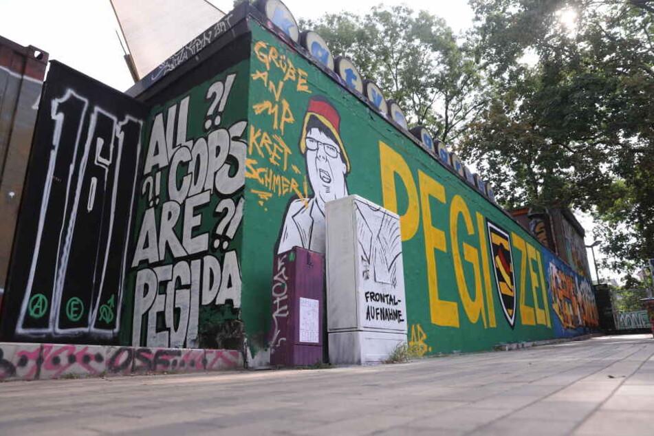 Das Graffito ist an einer Wand in der Nähe der Scheune zu sehen.