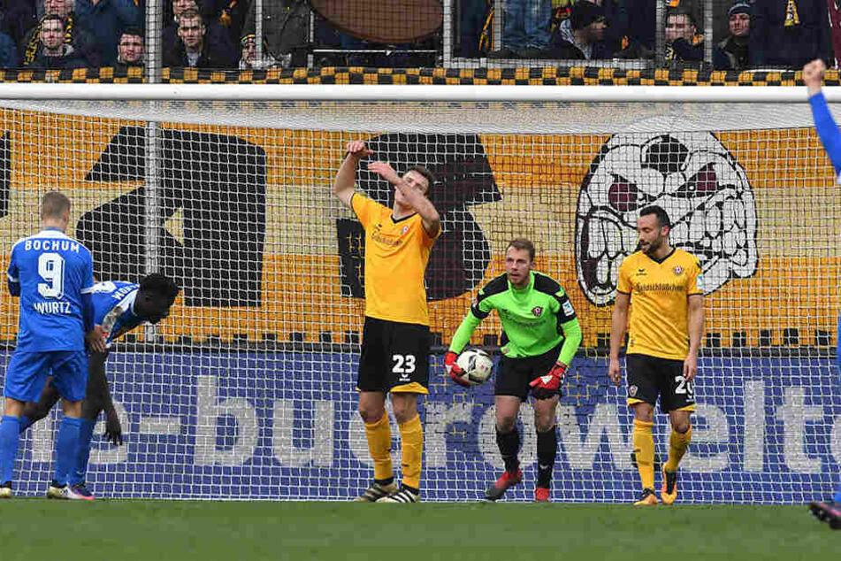 Im November 2016 trifft Mlapa (2.v.l.) im Bochumer Dress zum 2:2 gegen die SG Dynamo und dreht zum Jubeln ab.