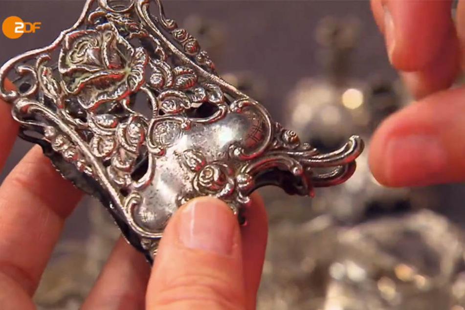 Eines der Silberstücke in Nahaufnahme.