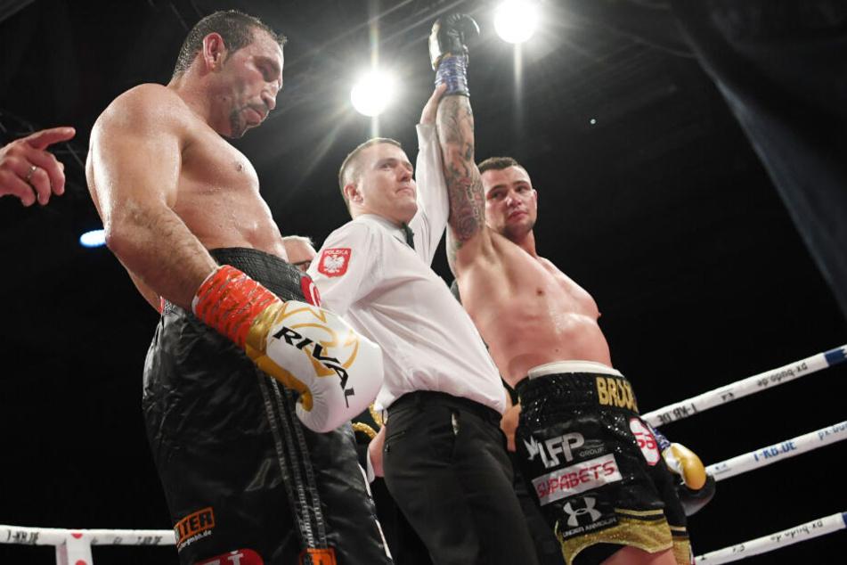 Ringrichter Leszek Jankowiak (Mitte) erklärt den Südafrikaner Kevin Lerena (rechts) zum Sieger.