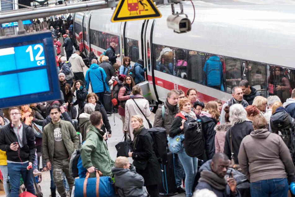 Viele Menschen nutzen in ganz Deutschland die Dienste der Bahn. (Symbolbild)