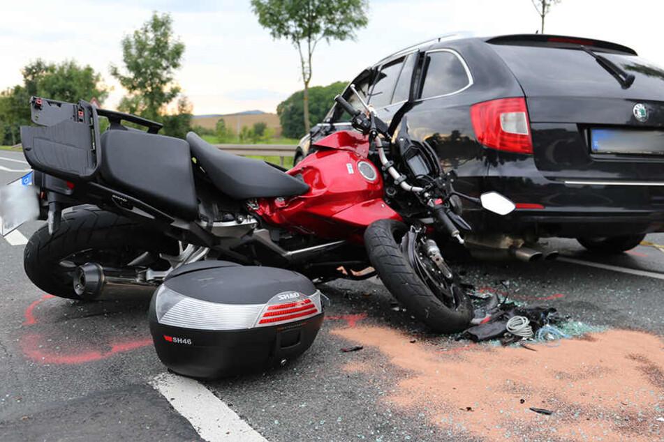 Biker kracht in Skoda: Zwei Verletzte