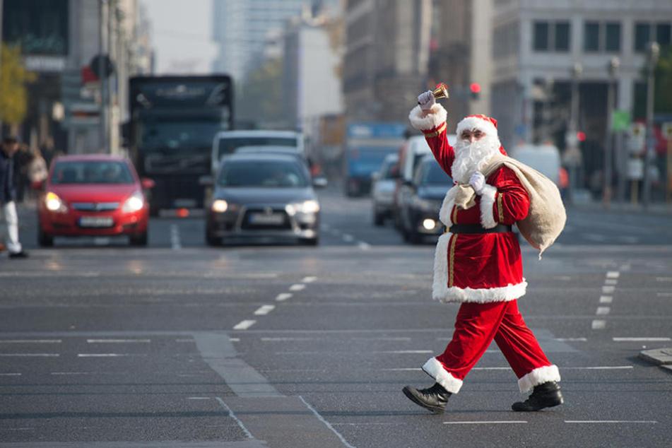 Student Lennart Neums aus Berlin geht als Weihnachtsmann verkleidet über eine Kreuzung am Potsdamer Platz in Berlin.