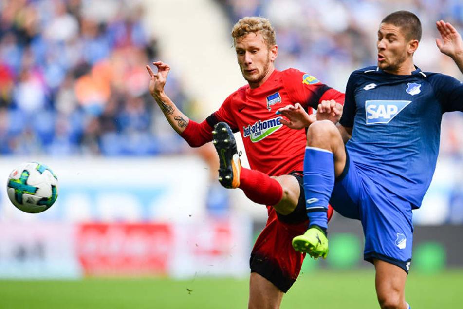 Hoffenheims Andrej Kramaric (r) und Berlins Fabian Lustenberger kämpfen um den Ball.